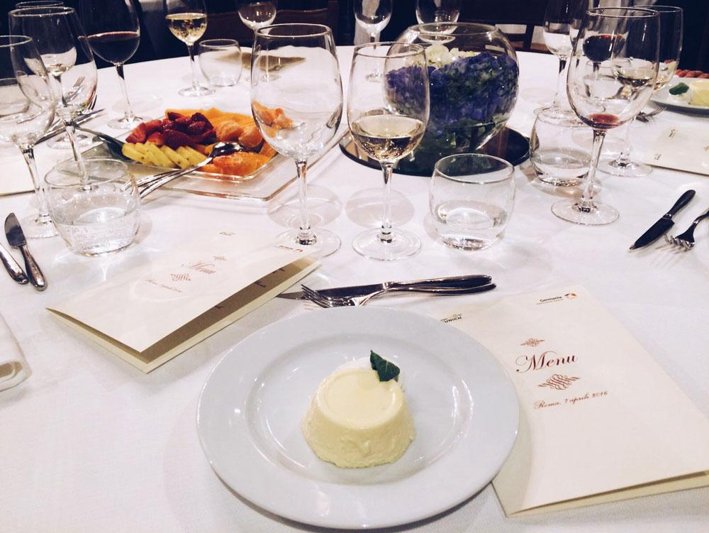 Una foto della cena, conclusa da una soffice bavarese.