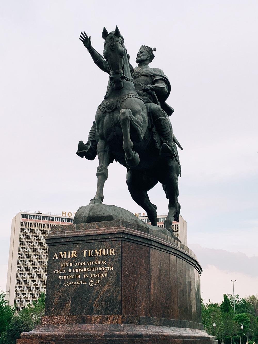 Amir Timur statua - all rights reserved thelostavocado.com