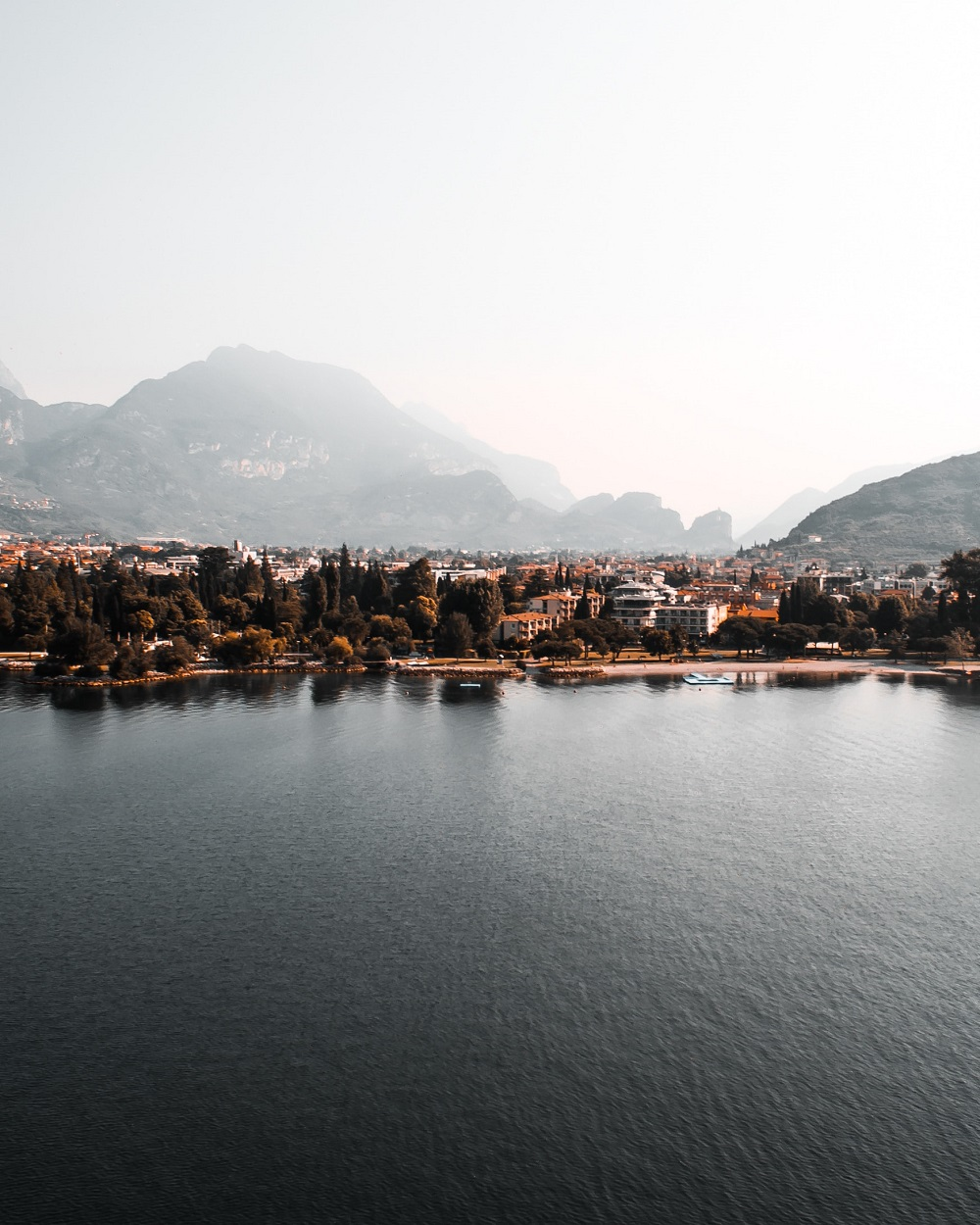 lago di garda weekend romantici italia unsplash