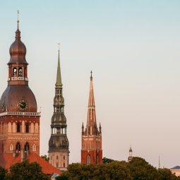 Riga Latvia. Close Three Towers Of Riga Cathedral, St. Peter's Cosa vedere a Riga Lettonia