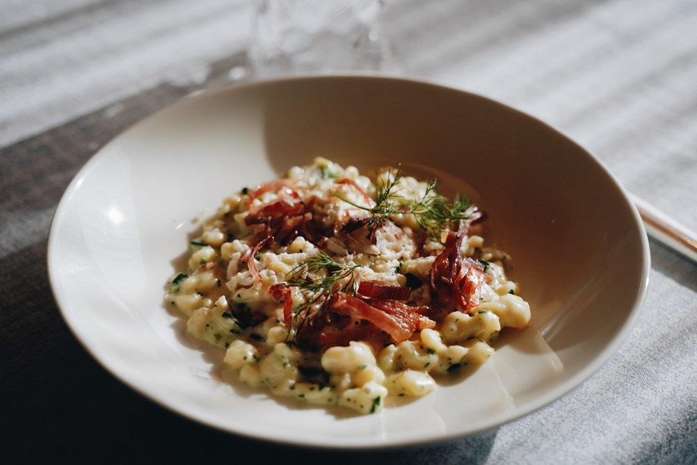 Spätzle alla farina di farro con salsa alle erbe, ricotta affumicata e speck