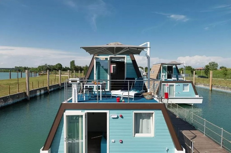 Foto di una casa galleggiante, tra gli hotel particolari in Italia