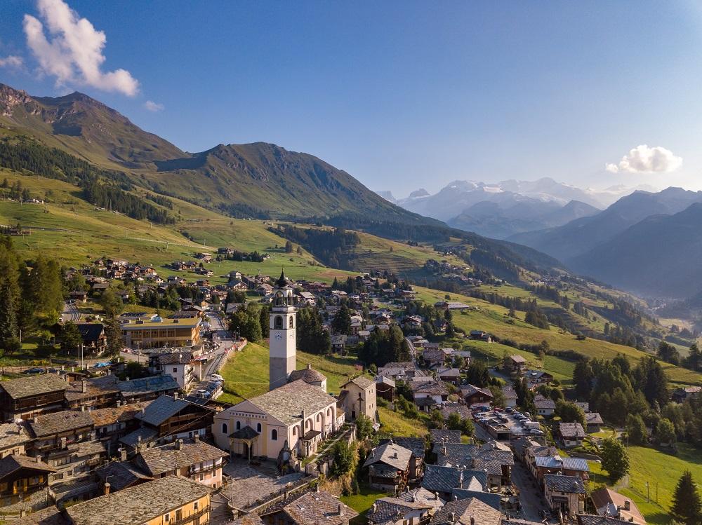 Il borgo sparso di Ayas, Valle d'Aosta, tra i borghi italiani poco conosciuti da vedere - shutterstock
